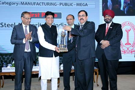 Hon'ble Union Minister of Railways Shri Piyush Goyal presenting the 15th National Award for Excellence in Cost Management to SAIL